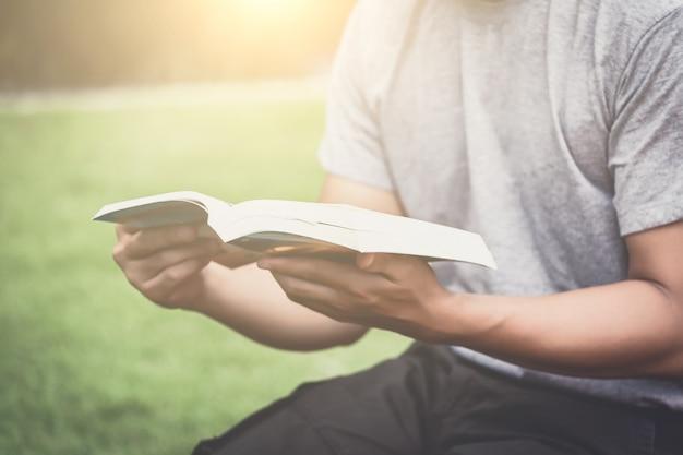 Homem, lendo livro Foto Premium