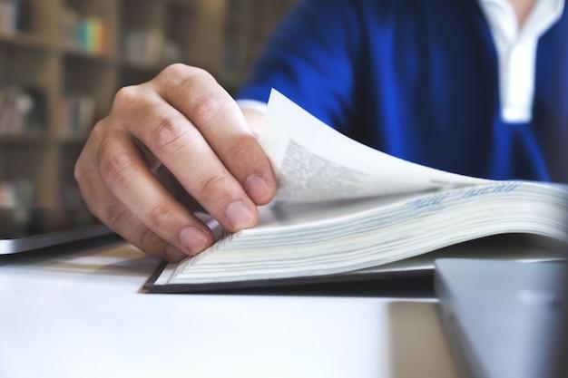 Homem lendo um livro. conceito de educação, acadêmico, aprendizagem e exame. Foto gratuita