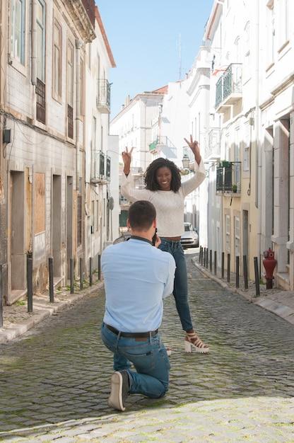 Homem, levando, foto, de, brincalhão, mulher preta, ao ar livre Foto gratuita