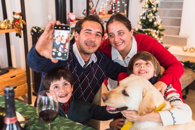 Homem, levando, selfie, com, família Foto gratuita