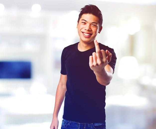 Homem levantando o dedo médio Foto gratuita