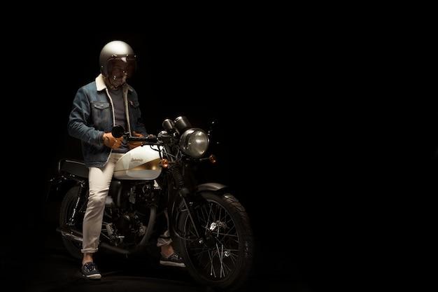 Homem, ligado, café, racer, estilo, motocicleta Foto gratuita