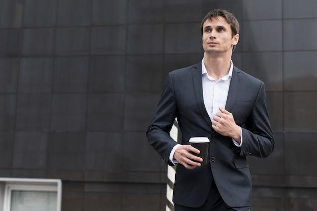 Homem, ligado, partir, bebendo um café Foto gratuita