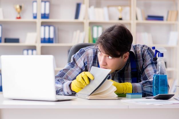 Homem, limpador, roubando, confidencial, documentos Foto Premium