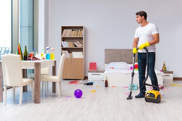 Homem limpando a casa depois da festa de natal Foto Premium