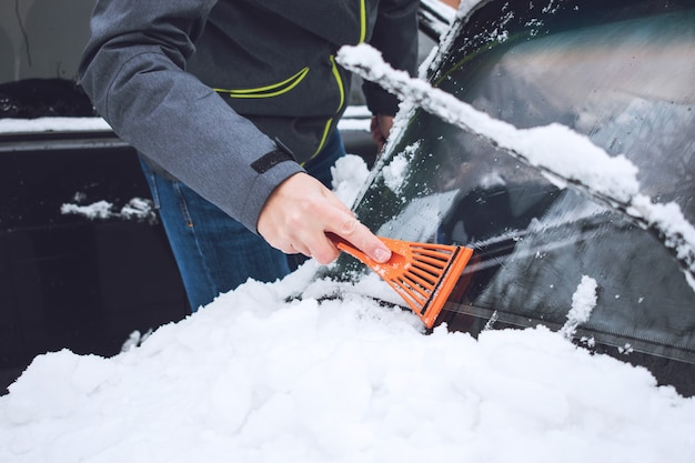 Homem, limpeza, car, de, neve, e, gelo Foto Premium