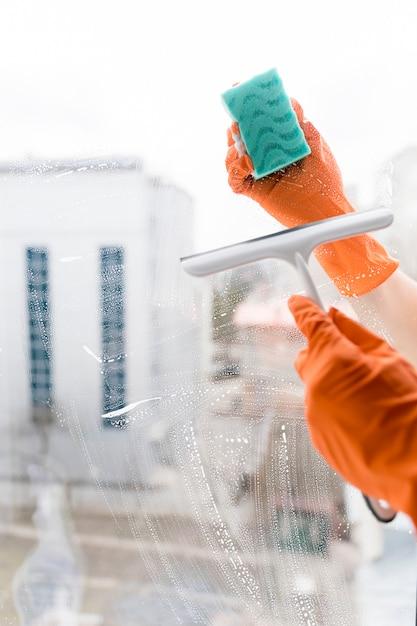 Homem, limpeza, janelas Foto gratuita