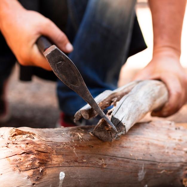 Homem, madeira cortante, com, machado Foto gratuita