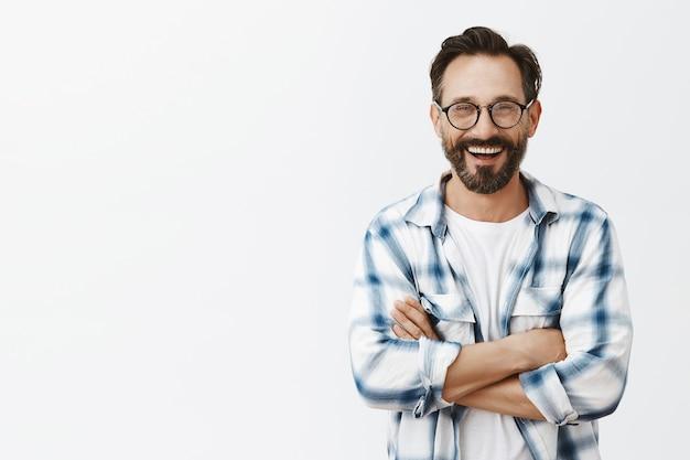 Homem maduro barbudo bonito e confiante posando Foto gratuita