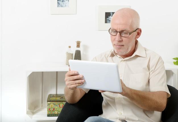 Homem maduro bonito usando tablet Foto Premium