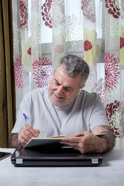 Homem maduro, com barba, trabalhando em casa Foto Premium