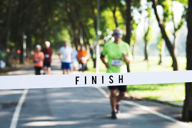 Homem maduro, correndo, direção, a, meta Foto Premium