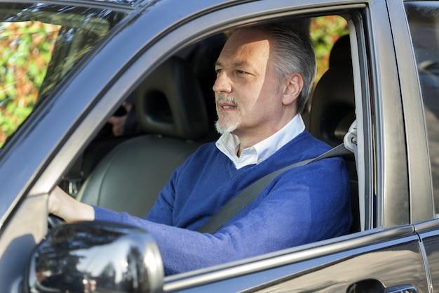 Homem maduro, dirigindo seu carro Foto Premium