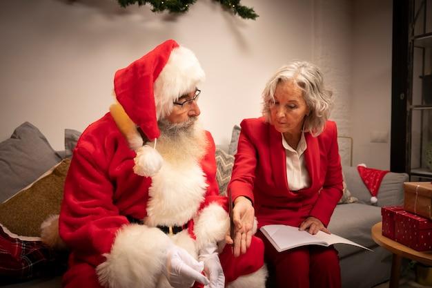 Homem maduro e mulher juntos para o natal Foto gratuita