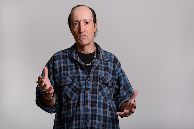 Homem maduro gangster com os braços levantados Foto Premium