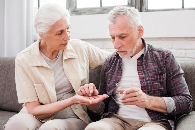 Homem mais velho, tendo, seu, medicinas Foto gratuita