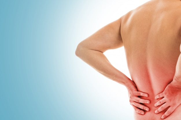 Homem mantém as costas devido à dor Foto gratuita