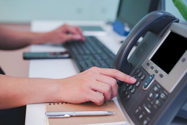 Homem, mão, imprensa, número, telefone, contatando Foto Premium