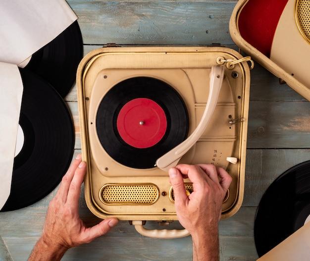Homem, mãos, ligar, plataforma giratória, ligado, madeira, fundo Foto Premium