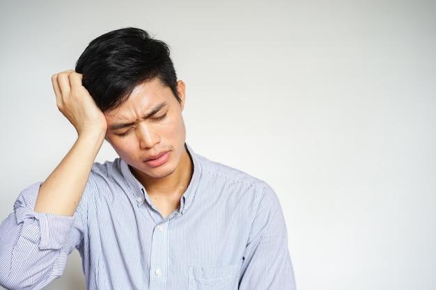 Homem massagem cabeça de dor de cabeça ou enxaqueca sintoma Foto Premium