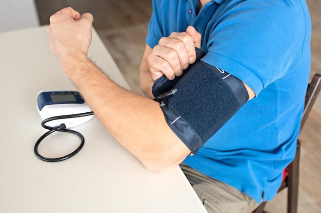 Homem, medindo, sangue, pressão Foto Premium