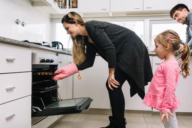 Homem menina, olhar, mulher, biscoitos assando, em, forno Foto gratuita