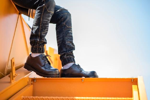 Homem moda vestindo jeans e sapatos pretos Foto Premium