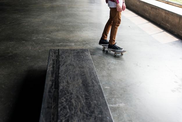 Homem, montando, um, skateboard Foto Premium