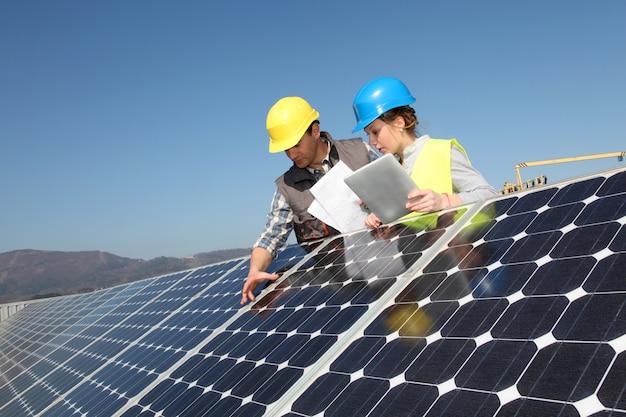 Homem, mostrando, painéis solares, tecnologia, para, estudante, menina Foto Premium