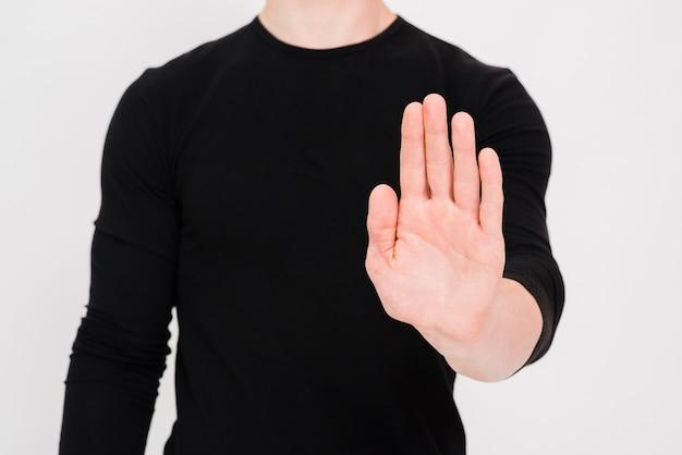 Homem, mostrando, parada, gesto, sobre, fundo branco Foto gratuita