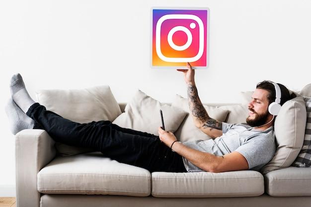Homem mostrando um ícone do instagram Foto gratuita