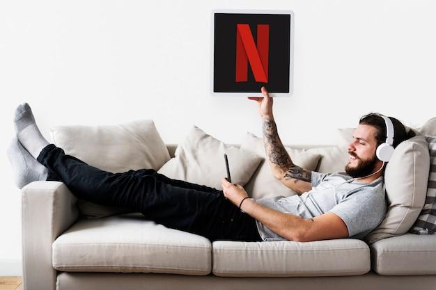 Homem, mostrando, um, netflix, ícone Foto gratuita
