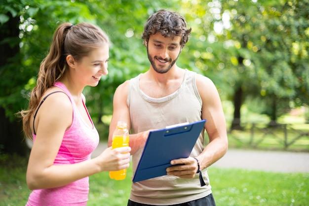Homem mostrando uma mesa de treinamento para uma mulher Foto Premium