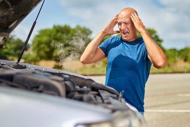 Homem motorista chateado na frente de acidente de automóvel acidente de colisão de carro na estrada. Foto Premium