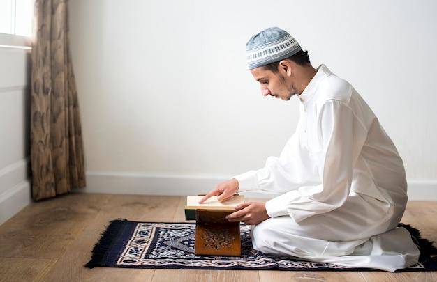 Homem muçulmano estudando o alcorão Foto Premium