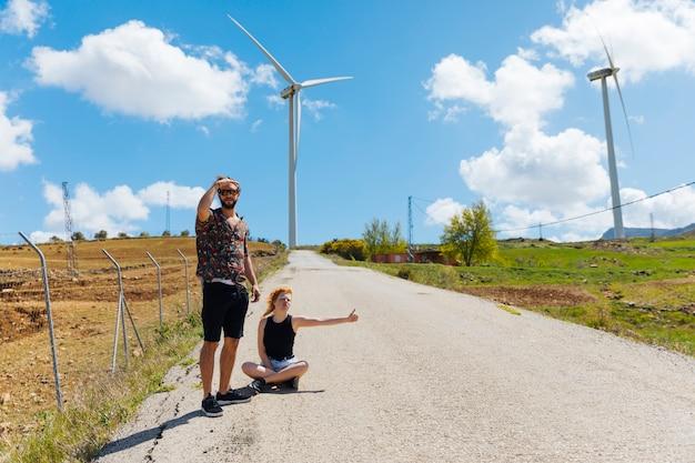 Homem mulher, boleia, ligado, estrada Foto gratuita