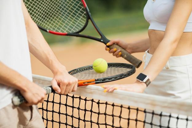 Homem mulher, com, raquetes tênis Foto gratuita