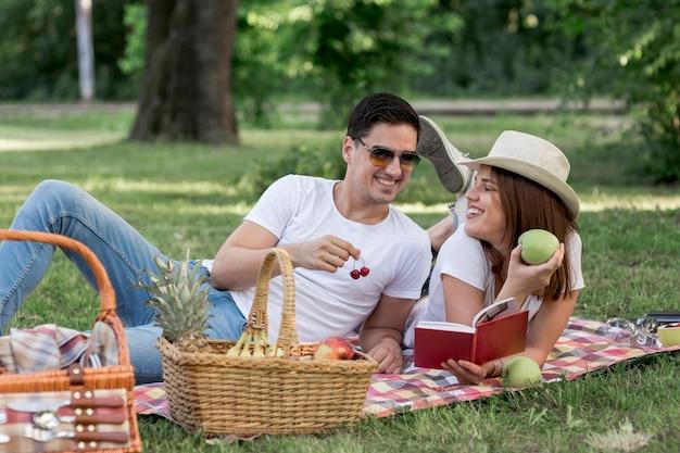 Homem mulher, comer, frutas, enquanto, sorrindo Foto gratuita