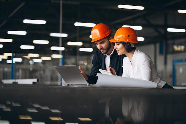 Homem mulher, em, um, fábrica Foto Premium