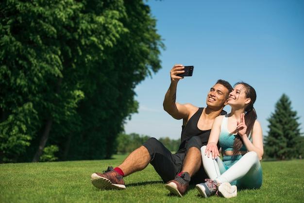 Homem mulher, levando, um, selfie, em, um, parque Foto gratuita