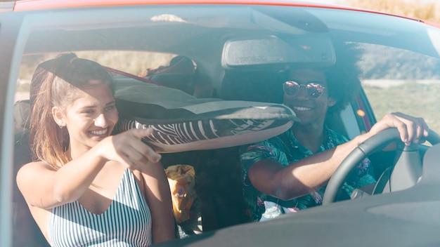 Homem mulher, montando, car, em, dia ensolarado Foto gratuita