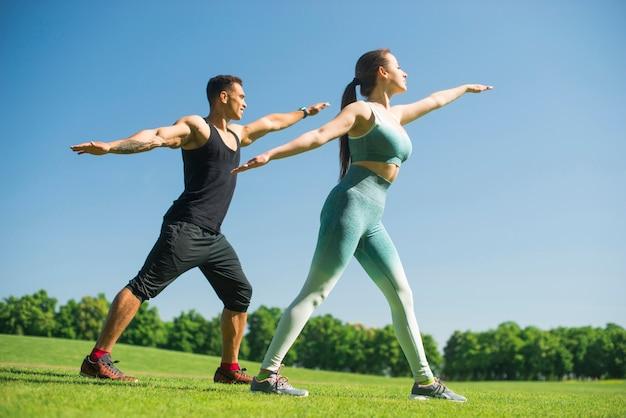 Homem mulher, prática, ioga, ao ar livre Foto gratuita