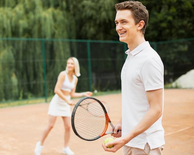 Homem mulher praticando tênis Foto gratuita
