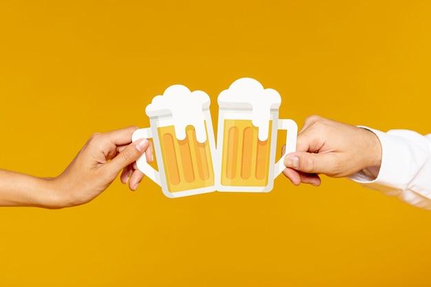 Homem mulher, segurando, cerveja, pints Foto gratuita