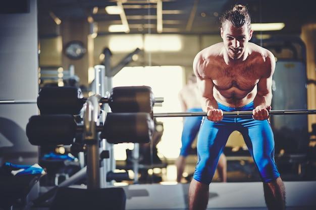 Homem muscular com braços fortes Foto gratuita