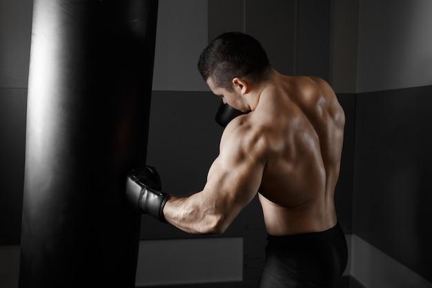 Homem muscular praticando boxe Foto gratuita