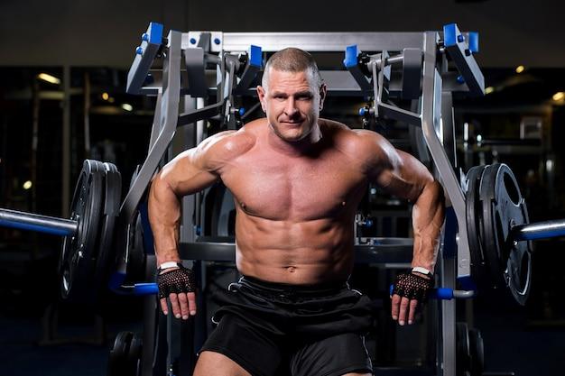 Homem musculoso em uma academia Foto gratuita