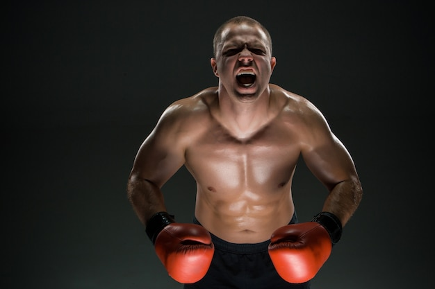 Homem musculoso, gritando e rugindo Foto gratuita