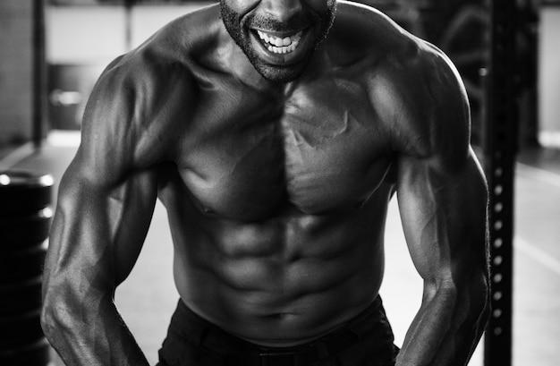 Homem musculoso na academia Foto gratuita