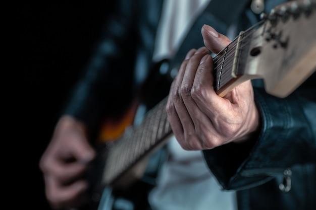 Homem músico tocando guitarra elétrica Foto Premium